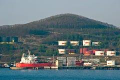 Tanker FPMC20 nahe der Ölstationsfirma Rosneft Primorsky Krai Ost (Japan-) Meer 04 05 2014 Lizenzfreie Stockfotos