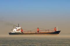Tanker im nebelhaften Wasser Stockfotografie