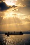Tanker im Sonnenuntergang Stockfotos
