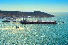 Tanker-Laden-Schmieröl im Seehafen Stockfotografie