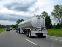 Tanker-LKW auf Straße Lizenzfreie Stockfotos