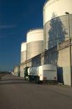 Tanker-LKW- und Kraftstoffvorratbecken Lizenzfreie Stockfotografie