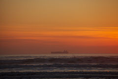 Tanker in Meer mit Sonnenuntergang Lizenzfreies Stockbild