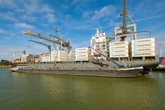 Tanker opzij van overzees containerschip voor brandstof voor volgende tri stock foto