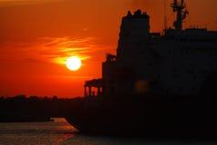 Tanker am Sonnenuntergang Lizenzfreies Stockbild