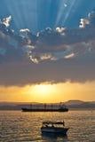 Tanker und Boot im Sonnenuntergang Lizenzfreies Stockfoto