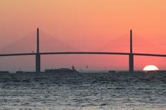 Tanker unter Sonnenschein Skyway Brücke Stockfoto