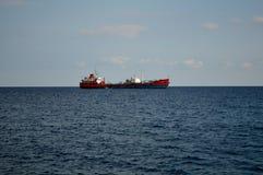 Tanker vor Limassol-Hafen stockbild