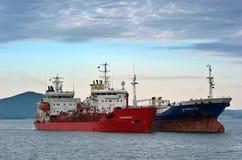 Tanker zwei, der nebeneinander auf den Straßen steht Primorsky Krai Ost (Japan-) Meer 15 08 2014 Lizenzfreie Stockfotos