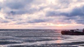 Tankerpark im Meer, im Rohöltanker und im LPG-Tankerladen bei Sonnenuntergang bildschirm Seeansicht mit sich hin- und herbewegend stock video footage