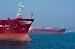 Tankers die zich in de wegen bevinden De Baai van Nakhodka Van het oosten (Japan) het Overzees 19 04 2014 Stock Fotografie