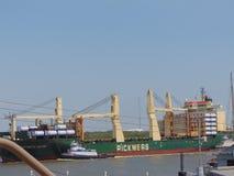 Tankerschip die lood in haven door een sleepboot in Zuid-Texas zijn stock afbeelding