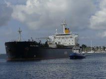 Tankerschip onder het manoeuvreren verrichtingen Stock Afbeelding