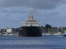Tankerschip onder het manoeuvreren verrichtingen Stock Afbeeldingen