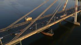 Tankerschip op Volga Rivier onder brug stock footage