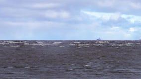 Tankerschip op zee tijdens een onweer Tankervrachtschepen op de horizon onder een donkere hemel Een donkere wolk van stormachtige stock videobeelden