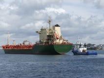 Tankership anslutning på den olje- terminalen Arkivfoton