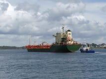 Tankership anslutning på den olje- terminalen Arkivfoto