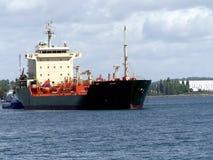 Tankership anslutning på den olje- terminalen Arkivbild