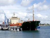 Tankership anslutning på den olje- terminalen Royaltyfri Bild