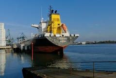 Tankership w operacjach przy terminalem naftowym Obrazy Royalty Free