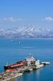 Tankfartygängel 66 nära företaget Rosneft för olje- terminal Nakhodka fjärd Östligt (Japan) hav 06 03 2015 Royaltyfri Foto