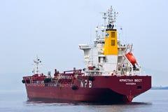 Tankfartyg Crystal West som ankras i vägarna Nakhodka fjärd Östligt (Japan) hav 09 04 2014 Arkivbild