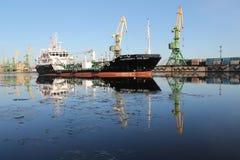Tankfartyg i sjövägen Royaltyfri Foto
