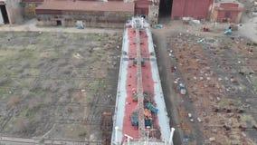 Tankfartyg lyft ut ur vattnet för att reparera och måla skrovet arkivfilmer