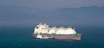 Tankfartyg Nicholay Shalavin på razzian som bunkrar förankrad tankfartygFuji LNG Nakhodka fjärd Östligt (Japan) hav 05 05 2014 royaltyfri fotografi