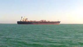 Tankfartyg på ankaret i det kust- vattnet stock video