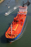 Tankfartyg på den Kiel kanalen Arkivbilder