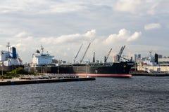 Tankfartyg på stads- industriell port Royaltyfri Foto