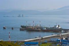 Tankfartyg på för Sibirien för olje- terminal det östliga systemet för rörledning Stilla havet Nakhodka fjärd Östligt (Japan) hav Royaltyfri Foto