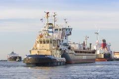 Tankfartyg seglar till bryggan Royaltyfri Fotografi