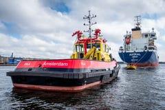 Tankfartyg som är stjärn- på bojet fotografering för bildbyråer