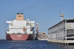 Tankfartyg som anslutas på den Swinoujscie LNGterminalen Arkivbild