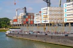 Tankfartyg tillsammans med av havsbehållareskeppet för bränsle för det nästa tri arkivfoton