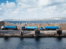 Tankfartyg uppställda på en cementhamnplats Royaltyfri Fotografi