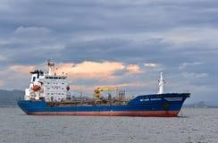 Tankfartyg Vitaly Vanykhin som ankras i vägarna Nakhodka fjärd Östligt (Japan) hav 02 07 2015 Royaltyfria Foton