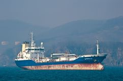 Tankfartyg Zaliv Vostok som ankras i vägarna Nakhodka fjärd Östligt (Japan) hav 19 04 2014 Arkivfoton