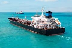 Tankfartyget för den olje- produkten är kommande Fotografering för Bildbyråer