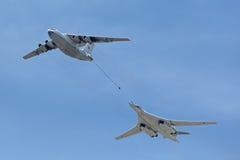 Tankfartyget Ilyushin Il-78 och strategisk bombplan Tu-160 Royaltyfri Foto