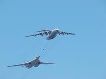 Tankfartyget Ilyushin Il-78 och strategisk bombplan Tu-160 Royaltyfria Bilder