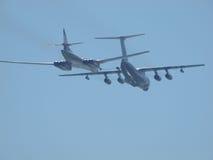 Tankfartyget Ilyushin Il-78 och strategisk bombplan Tu-160 Royaltyfri Bild