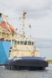 Tankfartyget Robert Maersk är på hans väg till den Vopak terminalen Arkivbild