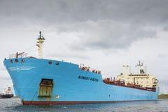 Tankfartyget Robert Maersk är på hans väg till den Vopak terminalen Royaltyfri Bild