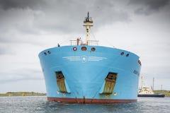 Tankfartyget Robert Maersk är på hans väg till den Vopak terminalen Royaltyfri Foto