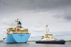 Tankfartyget Robert Maersk är på hans väg till den Vopak terminalen Arkivbilder
