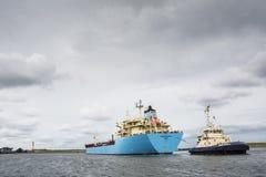 Tankfartyget Robert Maersk är på hans väg till den Vopak terminalen Arkivfoton